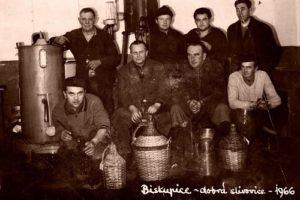 Rok 1966. Zákazníci čekají na vypálení. Vlevo v horní řadě palič slivovice Václav Škrabal. V lihovaru pracoval rovněž jeho bratr Stanislav.