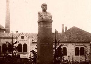 """Pohled na Zadní hospodu a část lihovaru. Před hospodou stála do roku 1928 busta T.G.Masaryka. Poté byla přemístěna před """"starou"""" školu. Před začleněním Biskupic do sudet odvezli českoslovenští vojáci 23.11.1938 bustu do Jevíčka, kde byla zničena. Podstavec byl během války vrácen do Biskupic."""