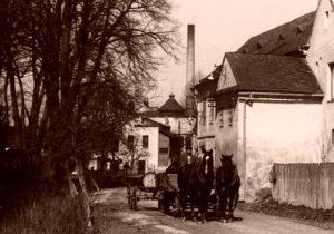 Přední část lihovaru s navýšeným komínem. V popředí povoz s koňmi pana Pazdírka a bývalá hospoda i palírna č.p.4.